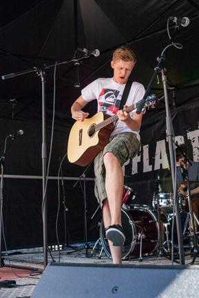 Daniel Hinzmann beim Pflasterstrand, Gitarrespielend im Rückwärtssprung