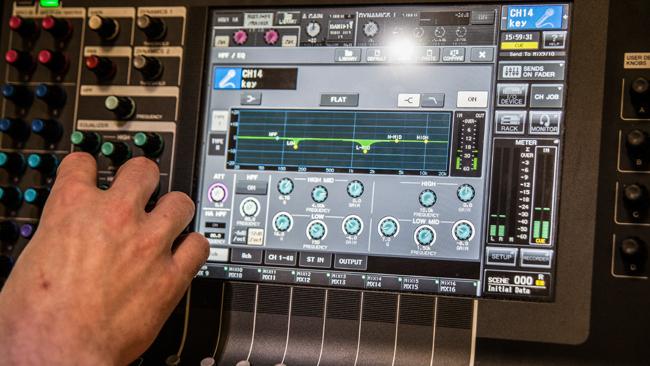 Hand an Digitalpult an potis drehend, auf dem Display Chorus Bandeinstellung